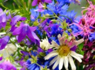 Wiązanki kwiatowe i bukiety w stylu folk – wystrój sali weselnej w stylu folk