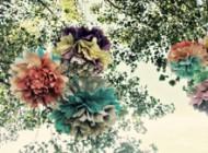 Ślubne dekoracje z papieru – pompony, kwiaty i wycinanki z bibuły