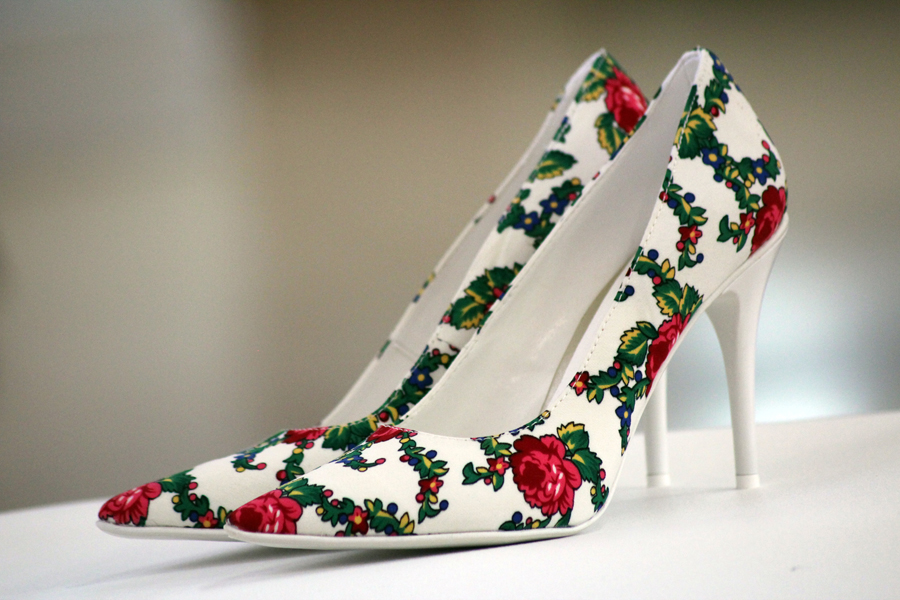 Buty ślubne zdobione ludowym wzorem
