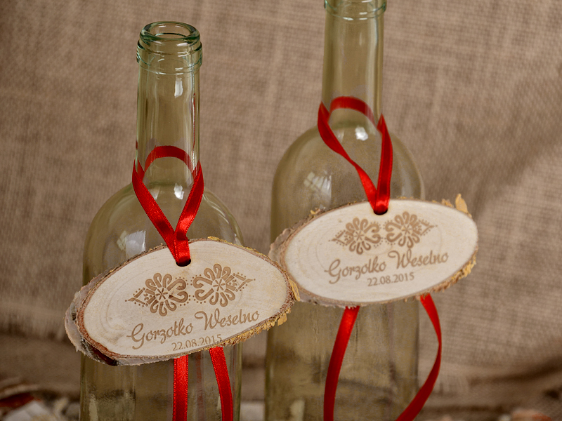 Drewniane zawieszki na alkohol zdobione parzenicami