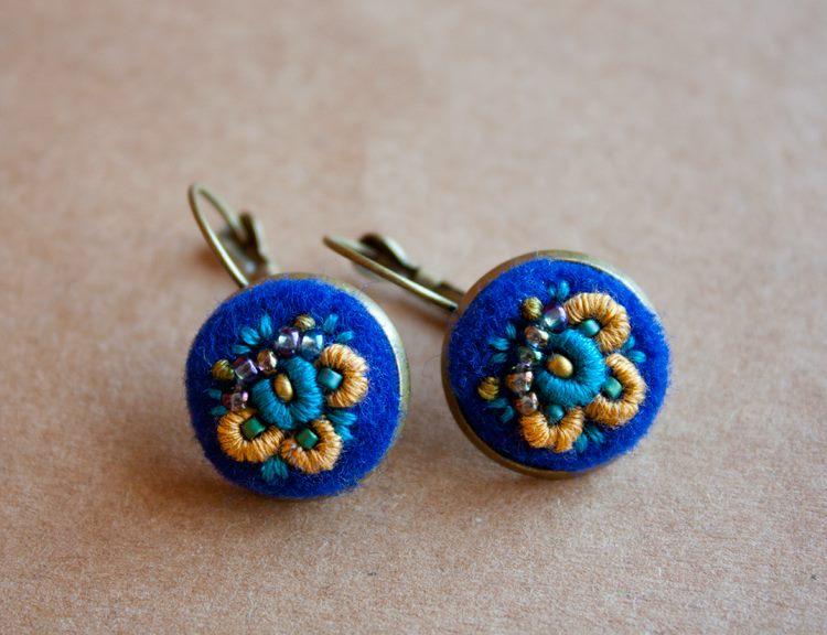 Ooliku - ręcznie haftowane kolczyki z motywem kwiatowym