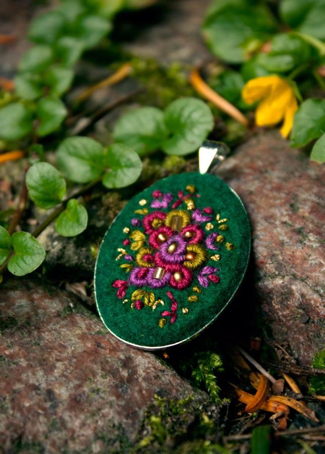 Ooliku - wisiorek ręcznie haftowany