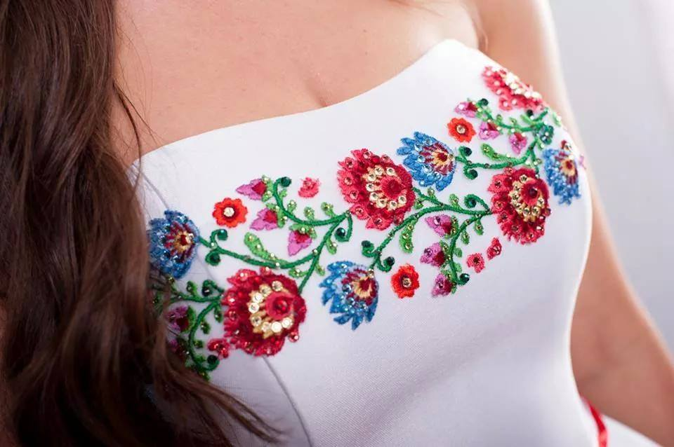 Motyw ludowy na sukni ślubnej (renatapotrzeba.com)