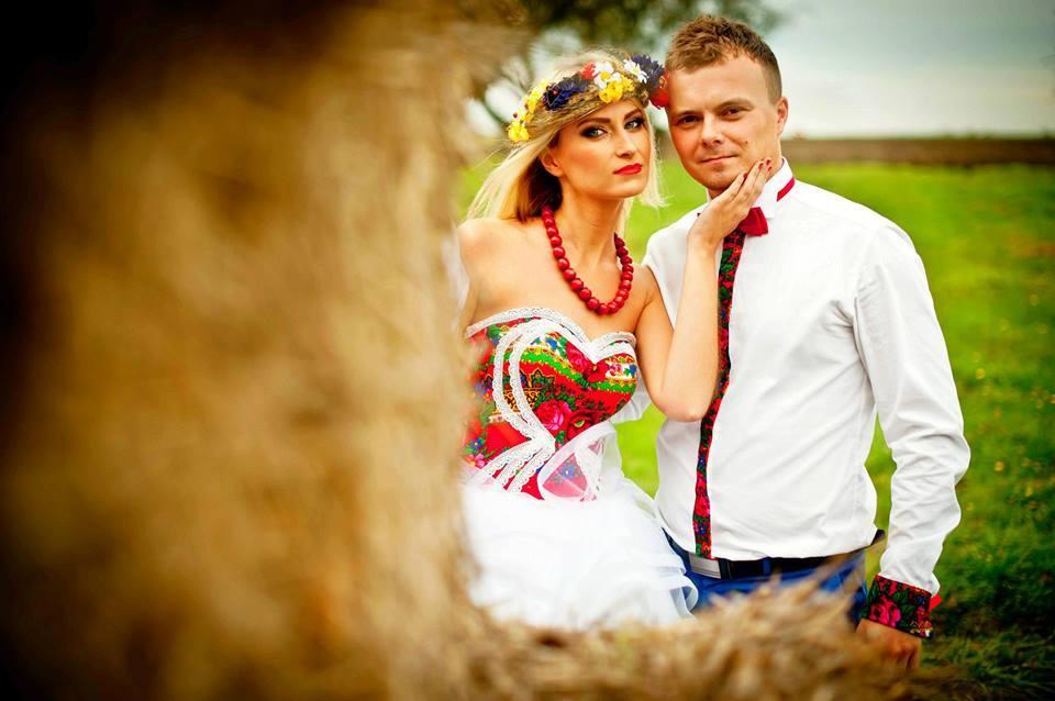 Ludowa sesja ślubna Pauliny i Przemka w Zalipiu (foto: lukaszkot.pl)