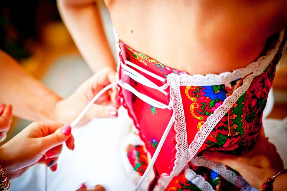 Ludowa suknia ślubna Pauliny (foto: lukaszkot.pl)