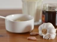 Mleko z miodem, masłem i czosnkiem – najlepszy sposób na przeziębienie