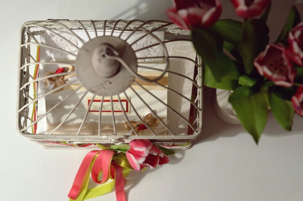Romantyczna klatka na koperty i życzenia ślubne (fot. M. Armata)