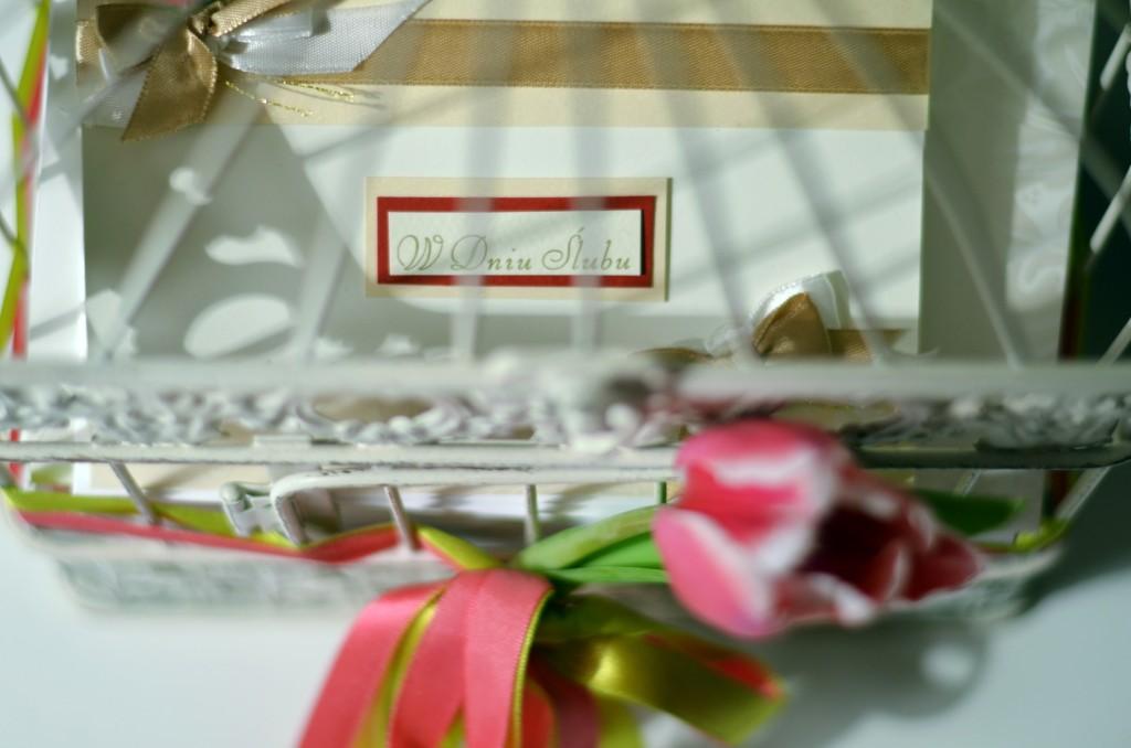 Rustykalna klatka na koperty i życzenia ślubne (fot. M. Armata)