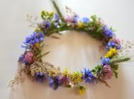 Jak upleść wianek z polnych kwiatów?