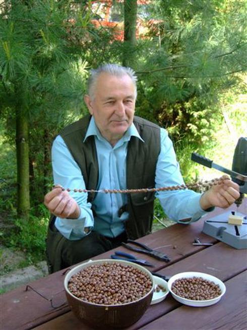 Wykonywanie różańców z nasion kłokoczki (http://start.lasy.gov.pl)